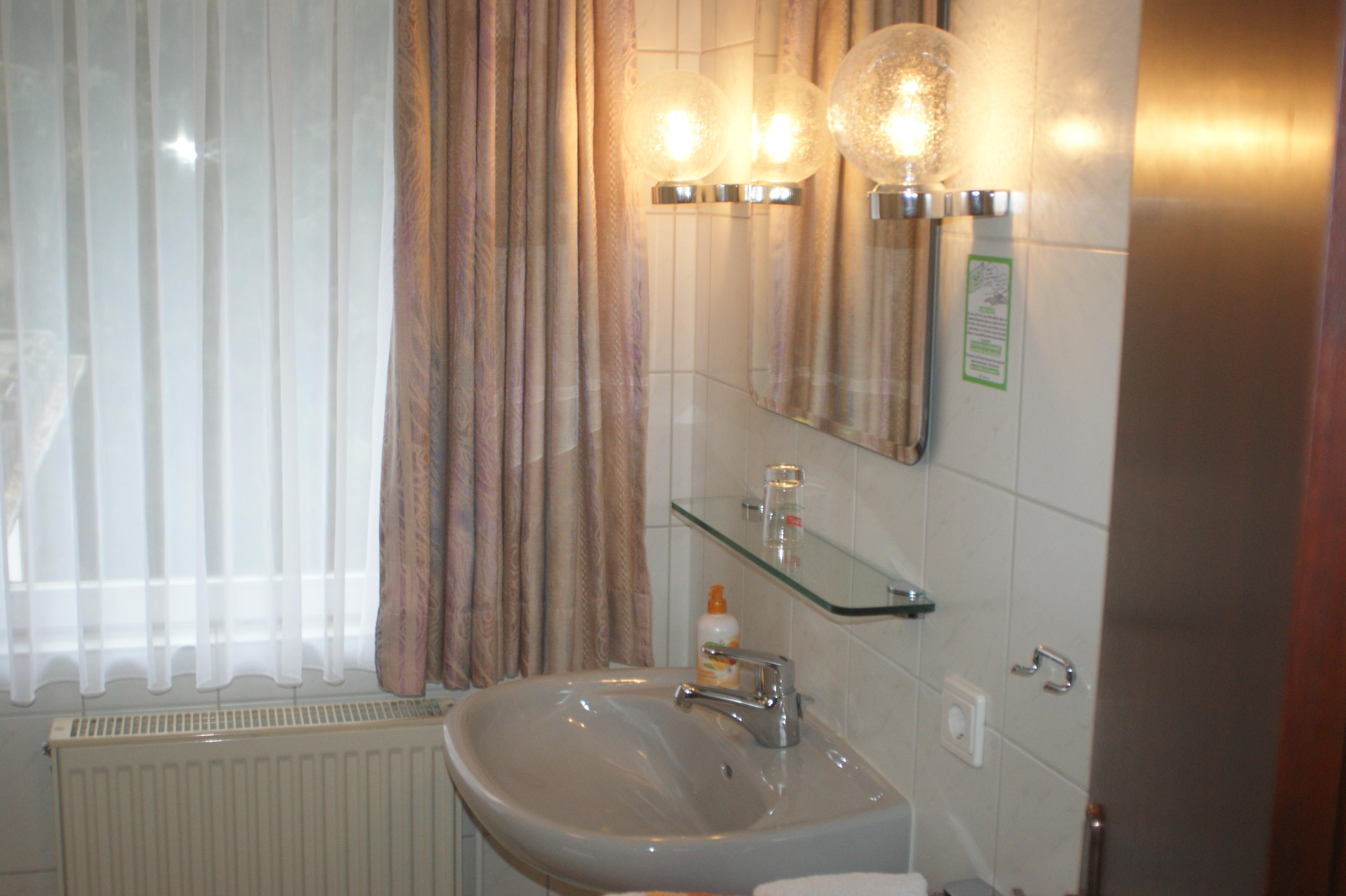 Liebevoll eingereichtere Badezimmer im Waldhaus